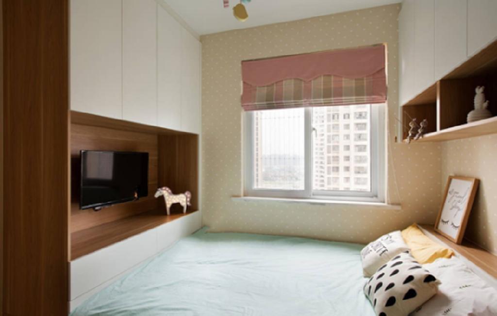 波点墙纸,木饰面板电视柜,粉色窗帘,卡通灯,小女孩的少女心在软装上